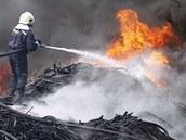 Hašení skládky pneumatik a pryže v Boru u Skutče (7. června 2011)