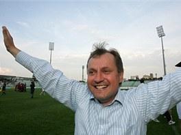 Martin Pulpit, trenér Viktorie Žižkov, se raduje z postupu do první ligy.