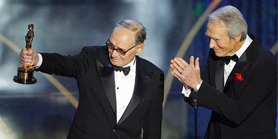 Oscar - Ennio Morricone dostává od Clinta Eastwooda cenu za celoživotní dílo