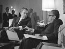 Prezident Richard Nixon (vlevo) se bav� se sv�m poradcem Henry Kissingerem, kter� se pr�v� vr�til z tajn� sch�zky s Vietnamci v Pa��i