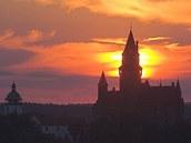 Hrad Bouzov p�i z�padu slunce.