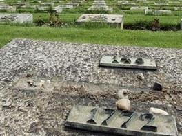 Po�kozen� n�hrobky na N�rodn�m h�bitov� v Terez�n�