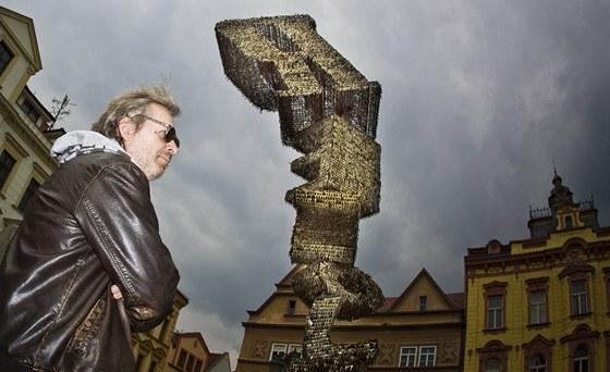 Klíčovou sochu najdete v Českých Budějovicích na Senovážném náměstí. Jejím autorem je Jiří David (na snímku).