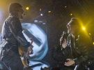 Glastonbury 2011 - Bono a The Edge při vystoupení U2