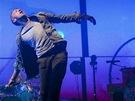 Glastonbury 2011 - Chris Martin při vystoupení Coldplay