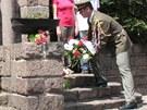 Vojáci nesou věnce k památníku