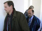 Jaroslav Vítek (vlevo) a Jaroslav Eliáš odcházejí z jednací síně.