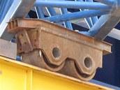 Vozíky nesoucí mostní konstrukci byly zkřivené. Snímek několik dnů před katastrofou.