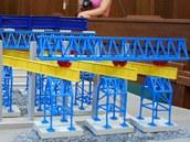 Model mostu ze Stud�nky v jednac� s�ni.