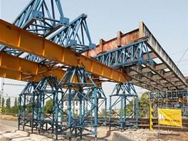 Zasouvaná mostní konstrukce nad tratí několik dnů před neštěstím.