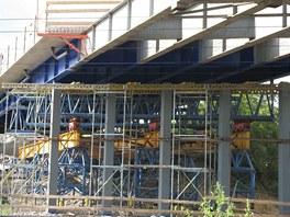 Mostn� konstrukce a podp�ry, kter� podle znalc� nebyly dostate�n�. Sn�mek byl