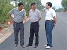 Fotomontáž, na které čínští úředníci kontrolují kvalitu nové silnice v Sečuanu.