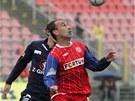 Tomáš Polách ještě v dresu Brna se chystá zpracovat si míč.