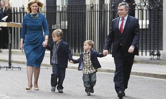 Gordon Brown s rodinou opouští Downing Street poté, co rezignoval na post