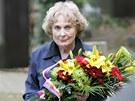 Trudie Bryksová u motolského hrobu svého manžela, válečného hrdiny Josefa Brykse, 9. října 2009