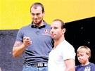 ZATÍM V HLEDIŠTI. Martin Ručinský (třetí zleva) sledoval pondělní trénink Litvínova jen v hledišti. Dorazil i bývalý kapitán Roman Vopat (druhý zleva).