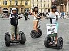 Turisté na vozítkách Segway na Staroměstském náměstí v Praze.