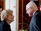 Povýšení za zesnulého Brykse převzala jeho vdova Trudie. Vlevo přihlíží další povýšený, nyní armádní generál Tomáš Sedláček