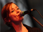 Suzanne Vega p�i sv�m koncertu v Olomouci, na kter� se na Horn� n�m�st� p�i�ly