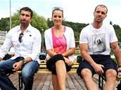 Hokejist� Jakub Klepi� a Roman Hamrl�k a miss Kate�ina Sokolov�