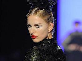 To nejlep�� z haute couture p�ehl�dek pro sez�nu podzim-zima 2011/2012: Jean-Paul Gaultier. �esk� topmodelka Karolina Kurkov�.