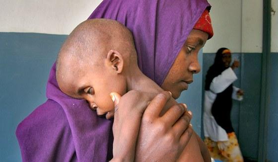Podvyživený dvouletý Lul Ibrahim se svou matkou čekají na zdravotní pomoc v