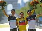 TRIO NEJLEPŠÍCH. Triumf v 98. ročníku Tour de France vybojoval Cadel Evans,