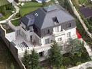 Luxusn� vila v �erno�ic�ch u Prahy, ve kter� p�ed sv�m �t�kem �il Radovan Krej���