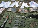 Bílé hábity s Maltézskými kříži, zbraně a munice zabavené ve výcvikovém táboře