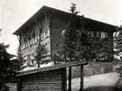 Původní Bezručova chata, která vyhořela v roce 1978.