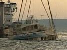 Vytahování vraku lodi Bulgarija na řece Volze, ve které zemřelo 117 lidí.