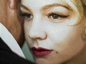 Carrey Mulliganová jako Daisy Buchananová ve filmu Velký Gatsby (záběr z