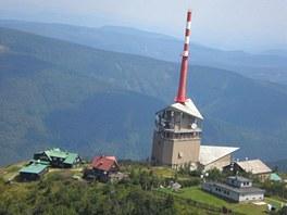 Lysá hora s vysílačem, meteorologickou stanicí a bufety z kabiny větroně.