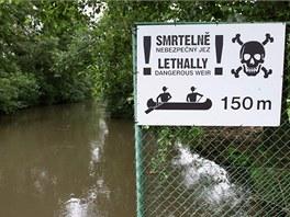 Varovná cedule u jezu v olomoucké čtvrti Řepčín, kde se v roce 2011 utopili...
