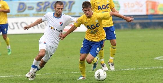 O KROK BLÍŽ. K míči má blíž teplický Aldin Čajič než Josef Hušbauer z Ostravy.