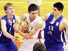 Čeští basketbalisté Jiří Dedek (vlevo) a Tomáš Šoukal se snaží zastavit průnik  Dordeho Kaplanoviče.