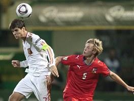 Český obránce Tomáš Kalas (v červeném) se snaží ubránit španělského kapitána