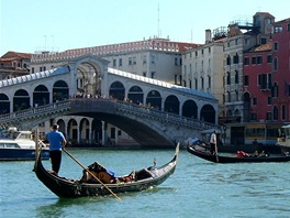 Cesta linkou 1 na Lido di Venezia: pohled z Grand Canal, vlevo most Rialto