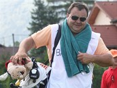 Pavel Prorok, bývalý hokejista dělá v Čeladné caddyho českému golfistovi Viktoru Skallemu.