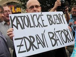 Martin C. Putna (vlevo) přišel na pochod Prague Pride 2011 s provokativním