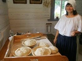 Irena Z�rubov� ukazuje pe�en� chleba v kr�ovick�m skanzenu.