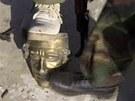 Rebelové, kteří pronikli do Kaddáfího komplexu kopou do zlaté sošky, která...