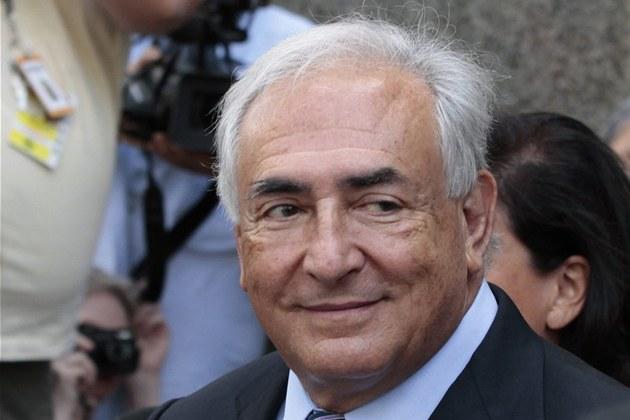 Dominique Strauss-Kahn s úsm�vem opou�tí soud, který stáhl jeho obvin�ní ze...