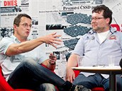 Spisovatel Michal Viewegh (vlevo) a novinář Jaroslav Kmenta při rozhovoru s