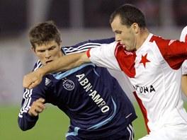 Slávista František Dřížďal při souboji s Janem Klassem Hunterlaarem z Ajaxu