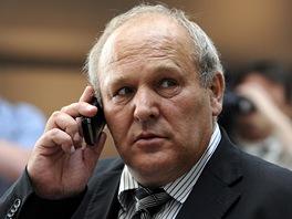 Nezařazený poslanec Stanislav Huml hovoří s novináři před schůzí Sněmovny. (30.