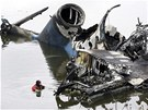 Potápěči v okolí trosek letadla Jak-42 pátrají po černých skříňkách. (8. září 2011)