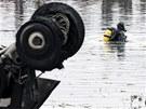 Potápěči v okolí trosek letadla Jak-42 pátrají po černých skříňkách (8. září 2011)