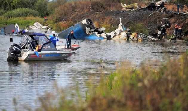 Záchraná�i prohledávají místo leteckého ne�t�stí u ruské Jaroslavle. (7. zá�í