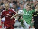 ČESKÝ ZÁSTUPCE. David Jarolím z Hamburku sleduje, jak Mako Marin z Werderu Brémy zpracovává míč.
